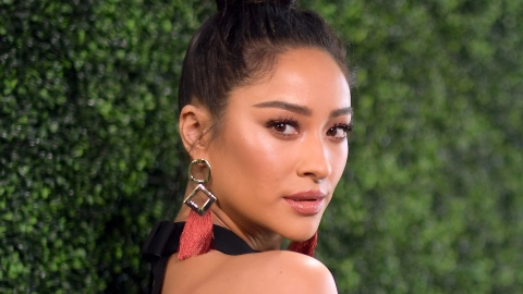 How Shay Mitchell Makes Her False Eyelashes Look More Natural | StyleCaster