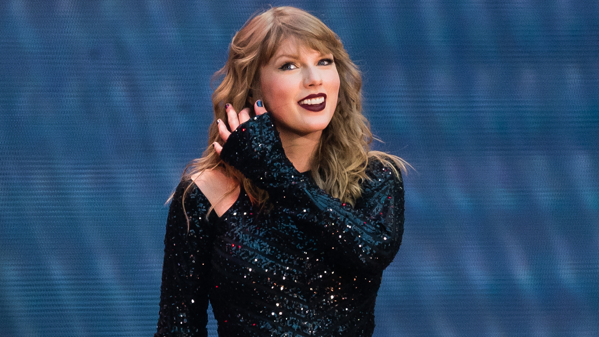Taylor Swift Almost Hit By Bird At Reputation Concert Stylecaster