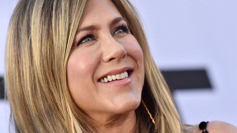 The $2 Secret to Jennifer Aniston's Camera-Ready, Beachy Waves | StyleCaster