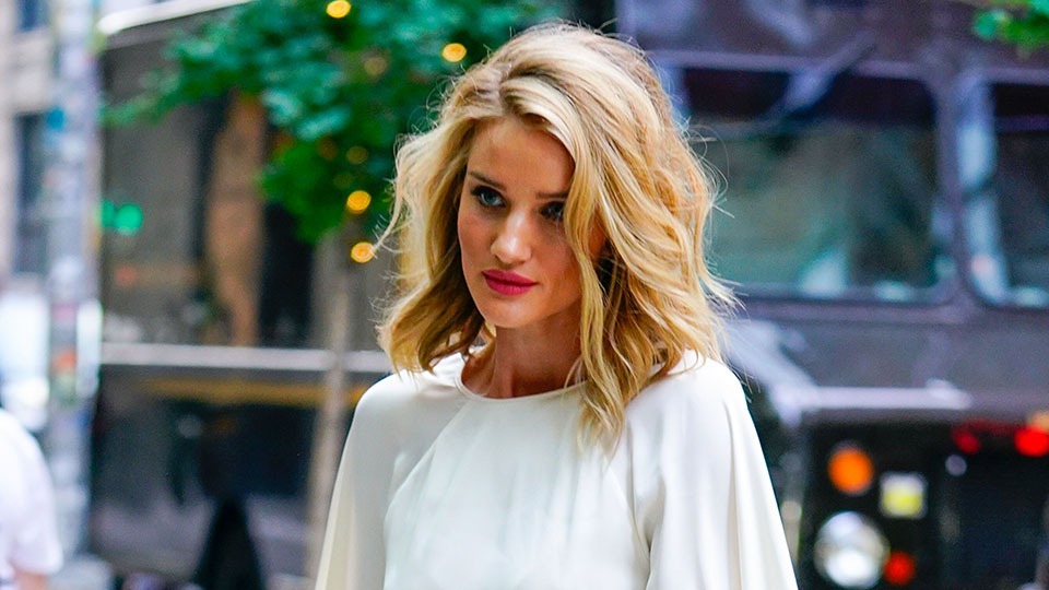 rosie huntington whiteley1 Spotted: Rosie Huntington Whiteley Absolutely Slaying a Bold Pink Lip