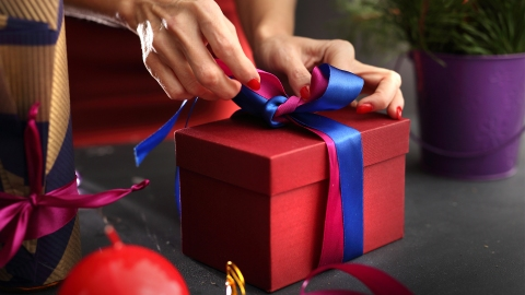 How to Wrap Gifts Perfectly, According to a Gift-Wrapping Expert | StyleCaster
