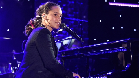 Alicia Keys Will Be the First Female Grammys Host in 14 Years   StyleCaster