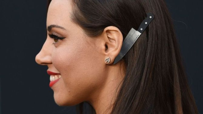 knife barette Aubrey Plaza's Hair Barrette at the Child's Play Premiere is Scary Good