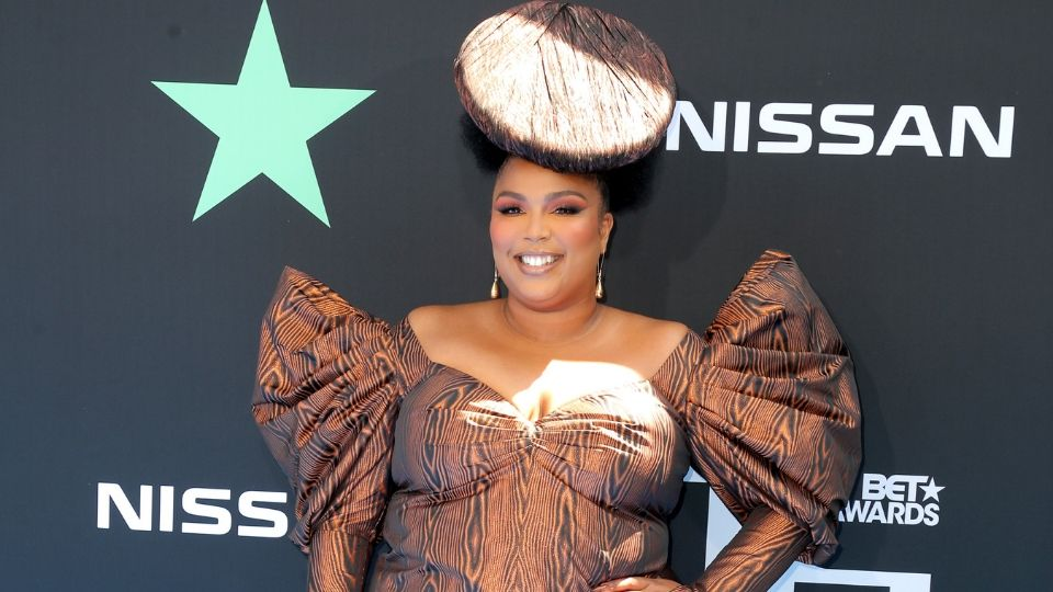 """Lizzo Matched Her """"Woodgrain"""" Nails to Her Dress at the BET Awards"""