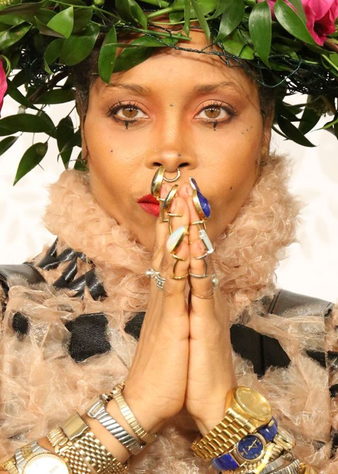 Erykah Badu rings side
