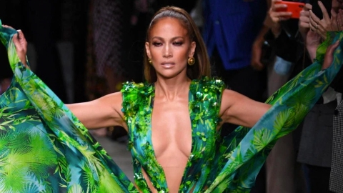 J.Lo Just Walked the Versace Show in Her Iconic Grammys Dress & Twitter is Losing It | StyleCaster
