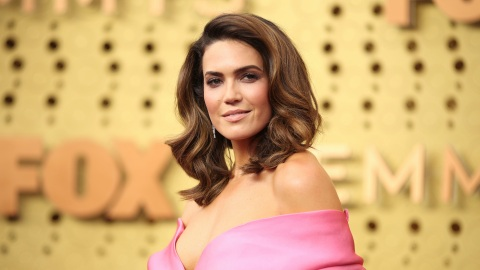 Mandy Moore's Emmys Look Totally Channels Her 'This Is Us' Character | StyleCaster