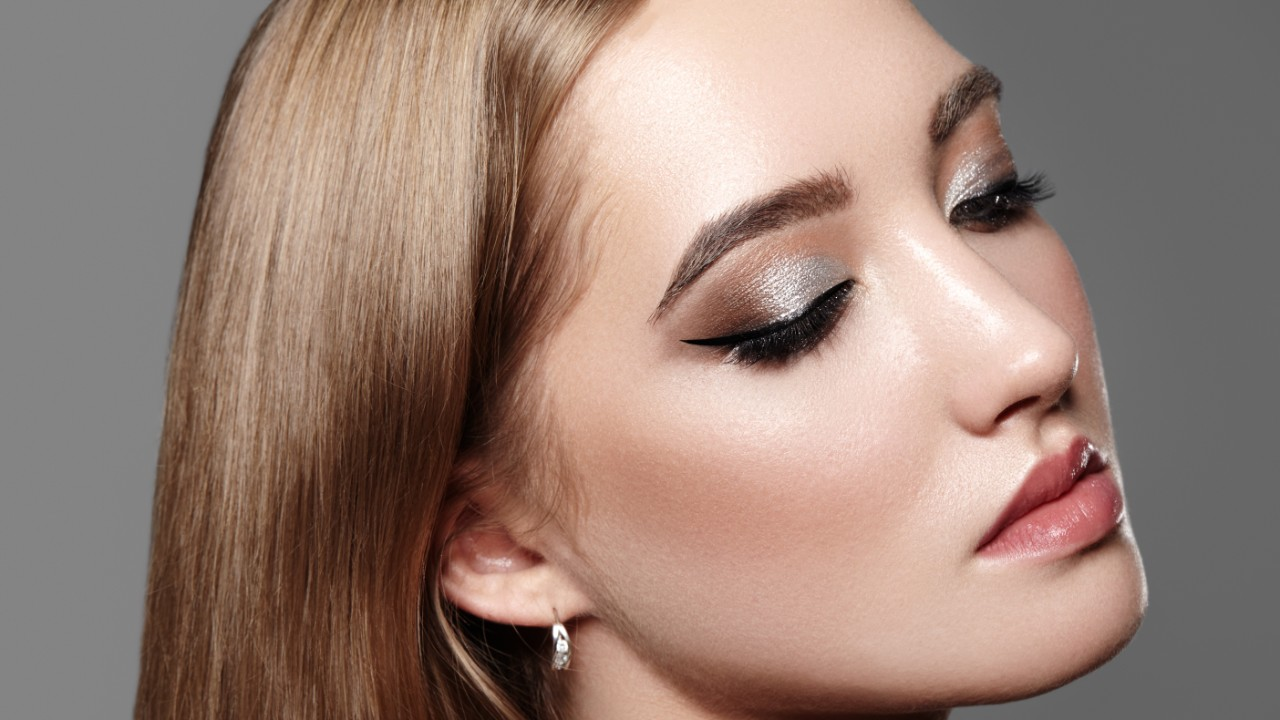 Shimmery Silver Eyeshadow That'll Make Your Eyes Look Luminous