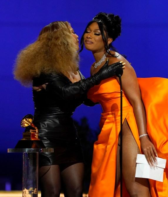 Beyoncé Megan Thee STallion Grammy 2021 Beyoncé è ufficialmente la donna più premiata nella storia dei Grammy e il suo discorso ai suoi figli ci ha fatto piangere