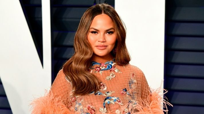 Chrissy Teigen Looks So Different With Silver Hair & I Love It