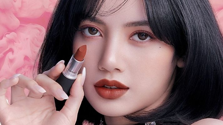 Blackpink's Lisa Loves This Soft Matte, '90s Brown Lipstick