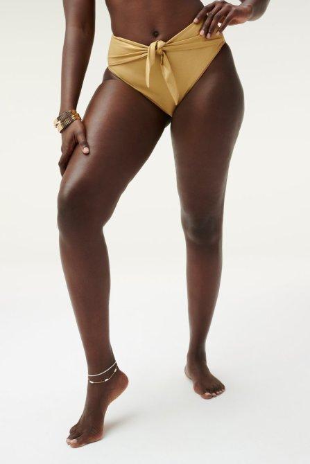 STYLECASTER |  Kylie Jenner Bikini dorato